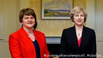 Arlene Foster, Parteichefin der nordirischen DUP und Theresa May (picture-alliance/empics/C. McQuillan)