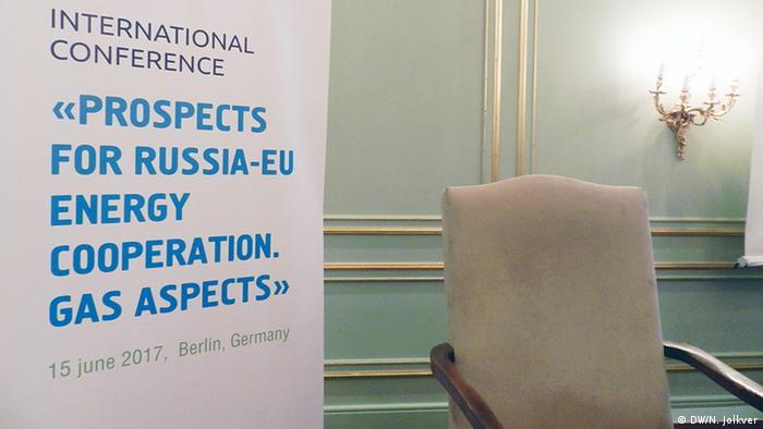 Пустое кресло на подиуме конференции