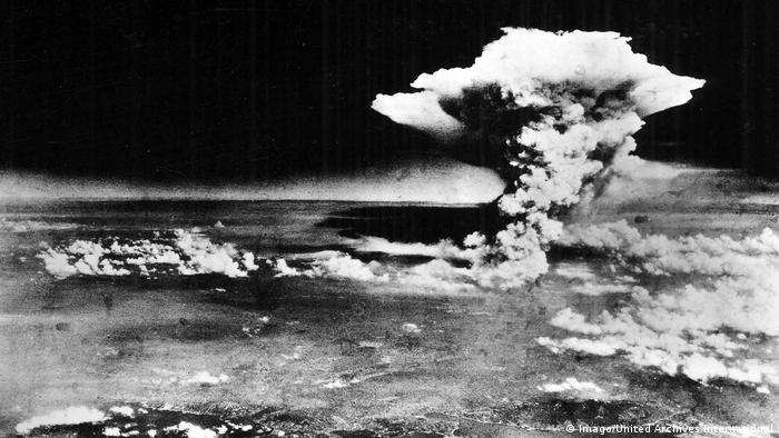 The atomic bomb explodes over Hiroshima (Imago/United Archives International)