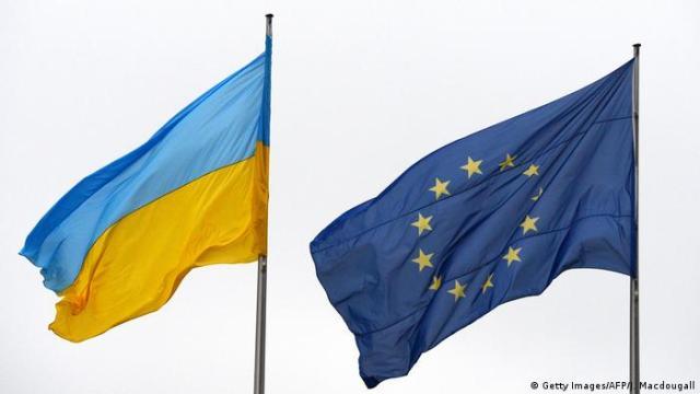 Fahne Ukraine und EU (Getty Images/AFP/J. Macdougall)