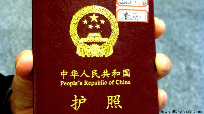 China Symbolbild biometrischer Reisepass (picture-alliance/dpa/D. Chang)