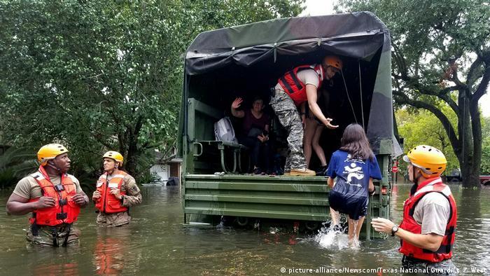 USA Tropensturm Harvey in Texas- Rettungsaktion (picture-alliance/Newscom/Texas National Guard/Lt. Z. West)
