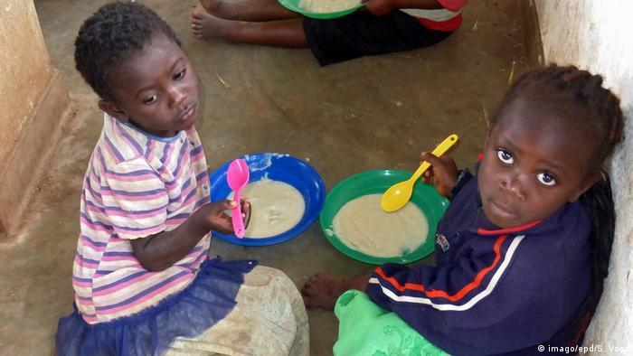 Two small children eat from bowls of porridge (imago/epd/S. Vogt)