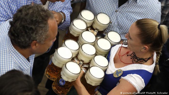 Garçonete da Oktoberfest carregando cerveja
