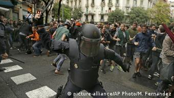 Spanien Katalonien Unabhängigkeits- Referendum Poilzei schreitet ein (picture-alliance/AP Photo/M. Fernandez)