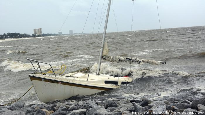 Boat in waves caused by Hurricane Nate (picture alliance/dpa/The Clarion-Ledger/J. Vicory)