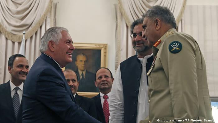 US Secretary of State Rex Tillerson with Pakistani authorities in Islamabad (picture-alliance/AP Photo/A. Brandon)