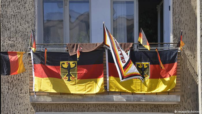 German flags on a balcony (imago/Schöning)