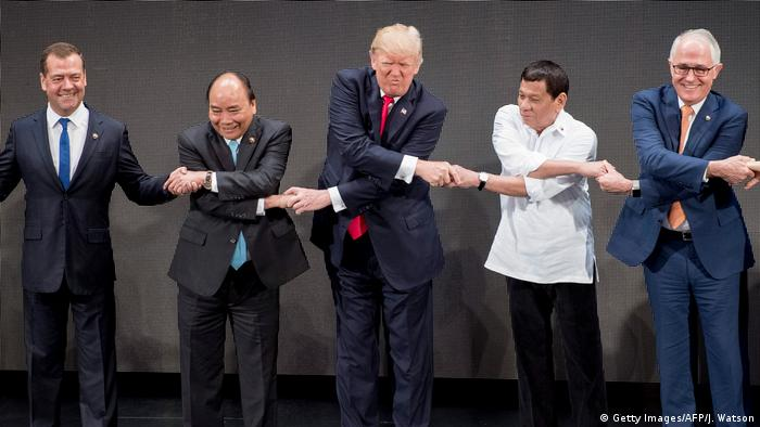 US President Donald Trump shakes hands with Philippine President Rodrigo Duterte and Vietnam's Prime Minister Nguyen Xuan Phuc (Getty Images/AFP/J. Watson)