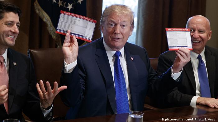 USA Washington - Donald Trump, Paul Ryan, Kevin Brady (picture-alliance/AP Photo/E. Vucci)