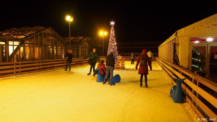 Pessoas sobre uma pista de gelo