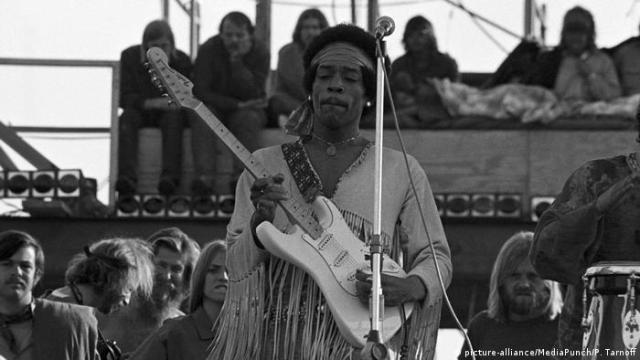 USA Woodstock 1969 - Jimi Hendrix playing the guitar (picture-alliance/MediaPunch/P. Tarnoff)