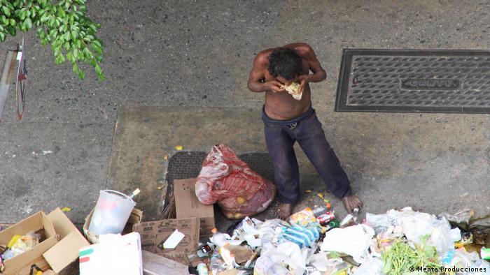Venezuelan looking for food among garbage (Menta Producciones)
