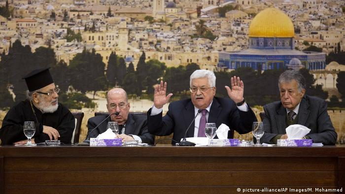 Palestinian President Mahmoud Abbas, center, speaks during a meeting with the Palestinian Central Council in Ramallah (picture-alliance/AP Images/M. Mohammed)