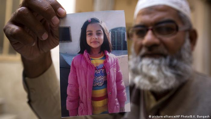 Father shows picture of murdered daughter (picture-alliance/AP Photo/B.K. Bangash)