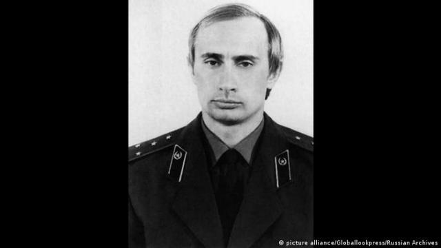 Russland Vladimir Putin in KGB-Uniform (picture alliance / Globallookpress / Russian Archives)