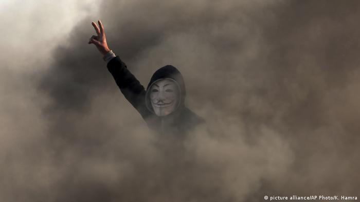 A Palestinian protester during a protest near the Gaza Strip border with Israel (picture alliance/AP Photo/K. Hamra)