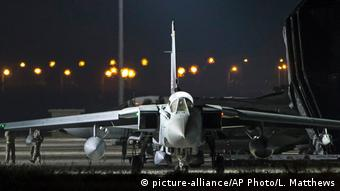 A British jet about to take off for a mission in Syria (picture-alliance/AP Photo/L. Matthews)