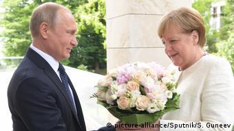 Путін подарував Меркель квіти