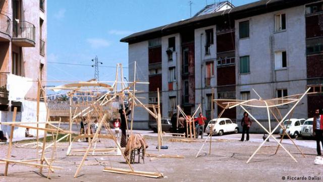 A series of wood construction sculptures in a courtyard (Riccardo Dalisi)