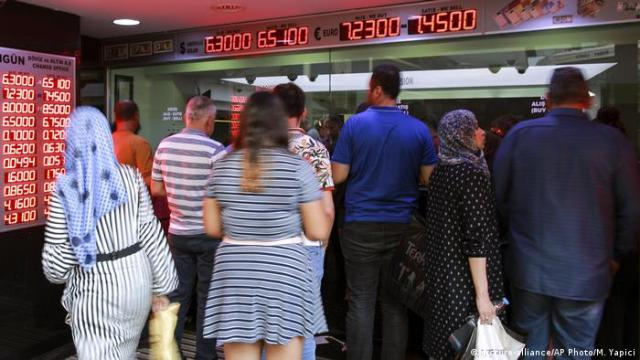 The Turkish lira fell to its lowest level against the dollar since 2001, reaching around 6 lira against the dollar on Sunday, while Turkish President Recep Tayyip Erdogan responded that the United States was trying to stab Turkey in the back. All necessary measures to ensure financial stability.