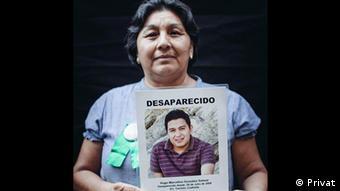 Mexiko - Angehörige von Verschwundenen María Elena Salazar hält ein Plakat mit dem Gesicht ihres Sohnes Hugo Marcelino (Privat)