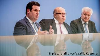 Министры труда, экономики и внутренних дел на пресс-конференции в Берлине 2 октября