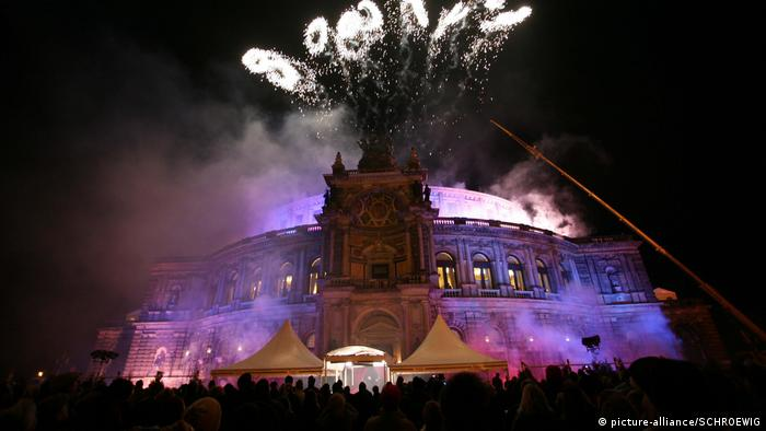 Fascination with opera  Overview, outside, fireworks opera ball in the Dresden Semperoper (picture-alliance / SCHROEWIG)