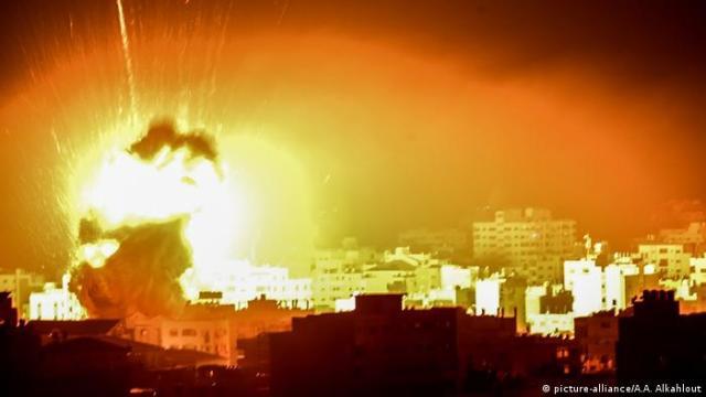 Palästina | Israelischer Luftangriff auf Gaza Stadt (picture-alliance / A.A. Alkahlout)