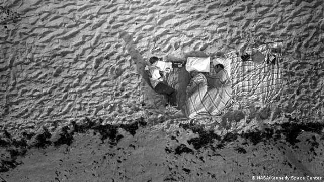 Menschen campieren am Strand, um den Start von Apollo 11 zu verfolgen.