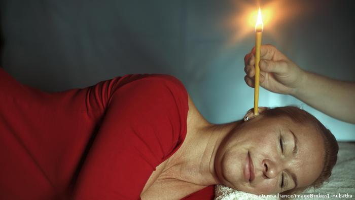 Symbolbild Frau & Behandlung mit Ohrkerze (picture-alliance/imageBroker/J. Hubatka)