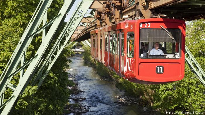 Wuppertal: suspension railway over the Wupper (picture-alliance / S. Ziese)