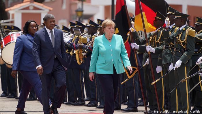 Chancellor Merkel in Angola (picture-alliance / dpa / K. Nietfeld)