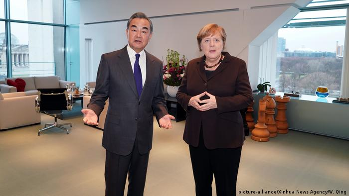 Germany Berlin |  Wang Yi, Foreign Minister China & Angela Merkel, Chancellor (picture-alliance / Xinhua News Agency / W. Qing)