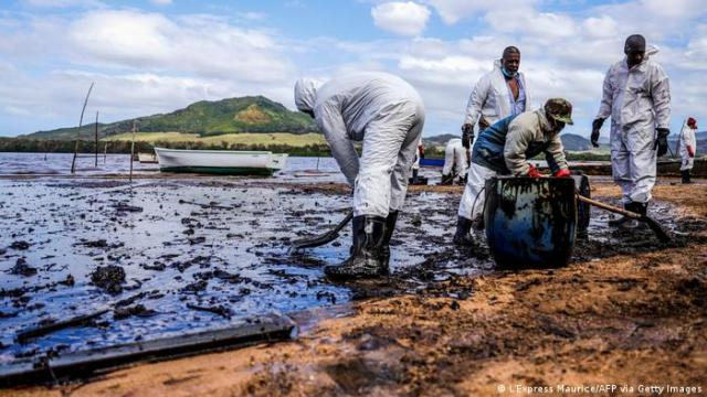 People scooping oil from the Mauritius spill