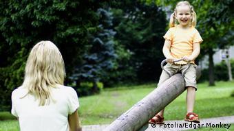 Auf der Wippe © Edgar Monkey #15173496 - Fotolia.comMutter mit Kind auf einem Spielplatz, Deutschland, Undatierte Aufnahme, Eingestellt 09.05.2012