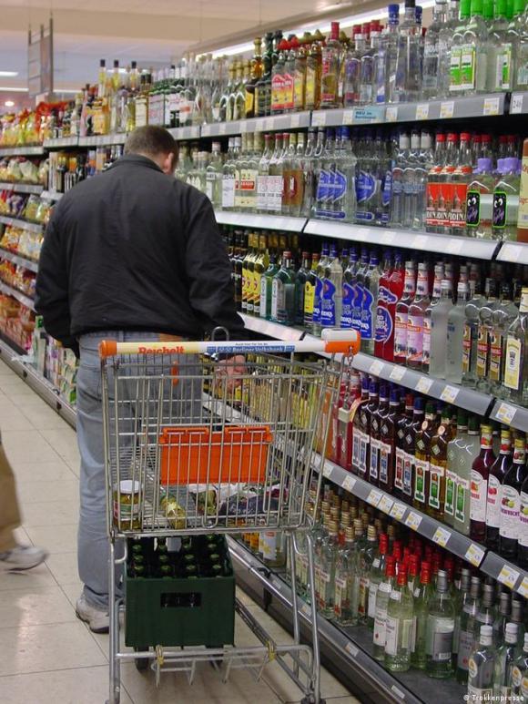 Alkohol zählt weltweit zu den am weitesten verbreiteten, legalen Drogen.Copyright geklärt durch Peter Kolakowski. Copyright: Trokkenpresse.