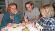 Bild 90624: Sabine Mozanowski, Daniel Klee und David beim Kartenspiel Foto: Suzanne CordsKöln, 18.11.2012