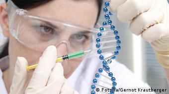 gen technik 7, Foto: Fotolia/Gernot Krautberger, 2716456 // Gentechnik, DNS, DNA, Manipulation, Labor, Untersuchung, Zellen, Medizin, Diagnostik, Arzt, Gesundheit, Krankenhaus, Therapie, Biotechnologie, Molekularbiologie, Genetik