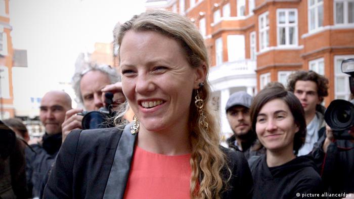 Die britischen Journalistin und Wikileaks-Aktivistin Sarah Harrison spricht am 21.06.2012 vor der Botschaft von Ecuador in London, in der WikiLeaks Gründer Assange geflüchtet war, zur Presse. Bei seinem Flug von Hongkong nach Moskau wurde der ehemalige US-Geheimdienstler Edward Snowden von Harrison begleitet. AFP PHOTO / CARL COURT (zu dpa: «'Whistleblower' Snowden beschert Wikileaks ein Comeback»9