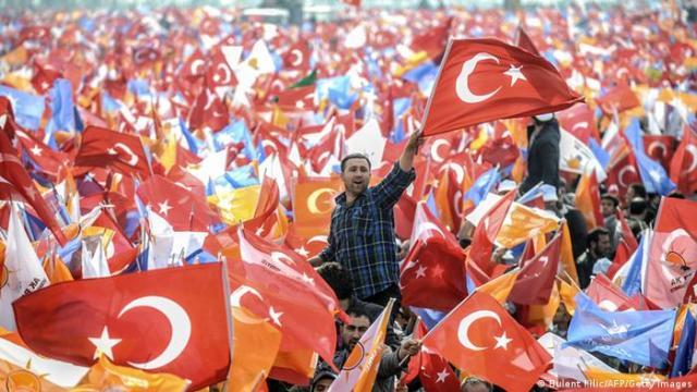 Turski građani sa zastavom