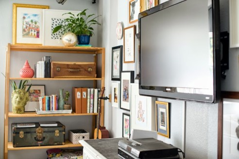 Open shelving tips and inspiration dwell beautiful - Open shelving living room ...