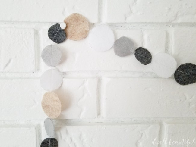 diy felt garland - an easy christmas decoration tutorial