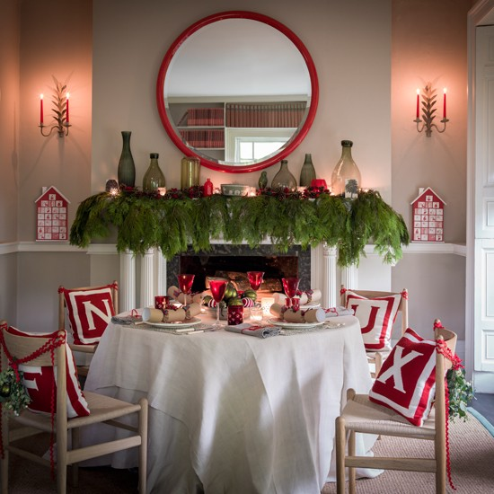 Green-and-Red-Christmas-Dining-Homes-and-Garden