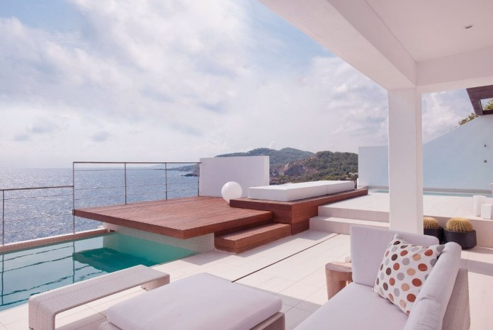 Modern-Patio-with-Wood-Deck-Design-Villa