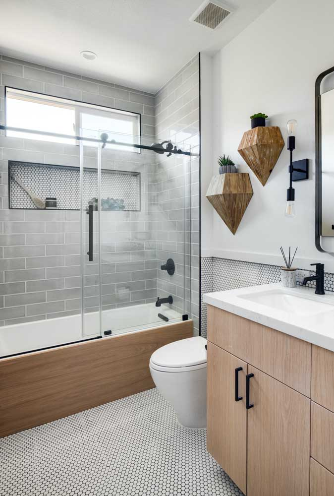 Harmonize the bathtub lining with the rest of the bathroom elements.