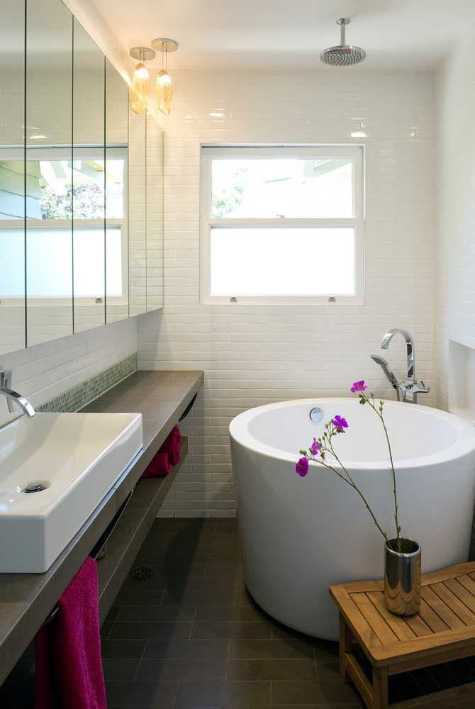 Small round bathtub in a hole style to save space inside the bathroom.