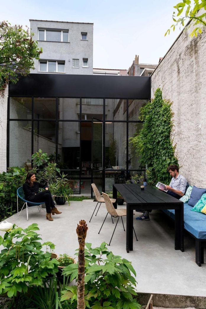04 -A large table turns the courtyard into a summer dining room