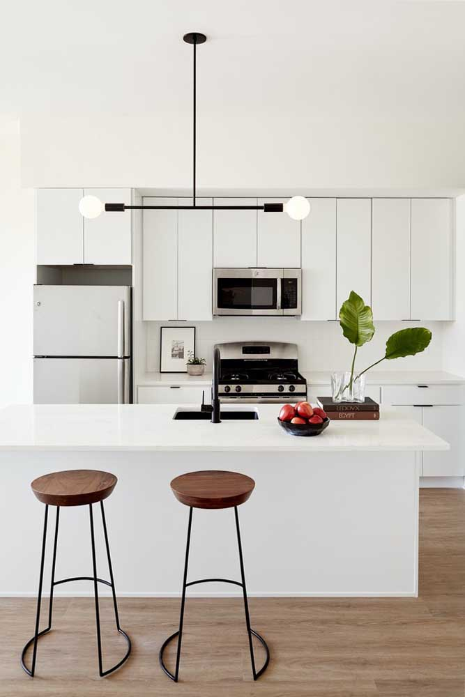 35. This small American kitchen has the company of an original and stylish pendant;an industrial touch for a simple kitchen.