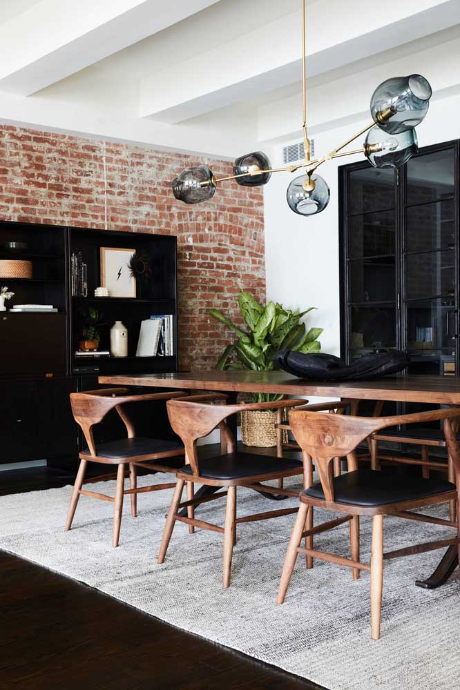 43. Brick wall: rusticity tailored to the dining room.